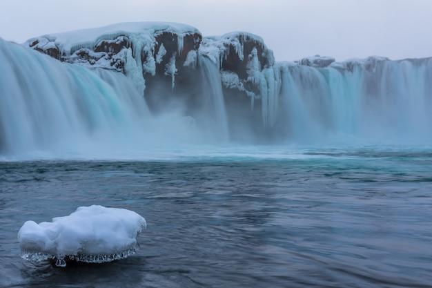 Godafoss, jeden z najbardziej znanych wodospadów na islandii.