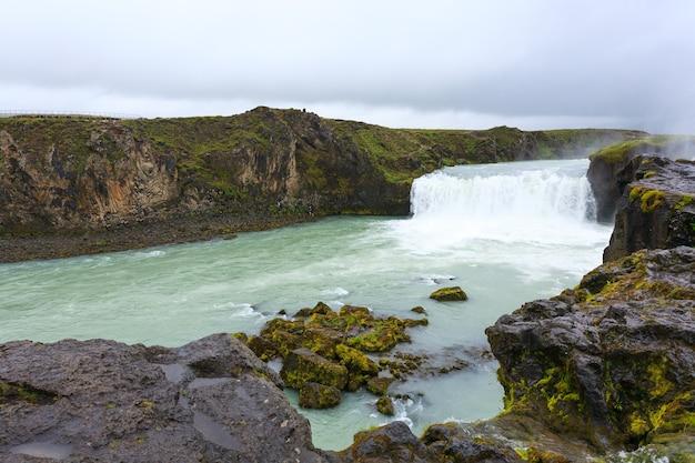 Godafoss mieści się w widoku sezonu letniego, islandia. islandzki krajobraz.