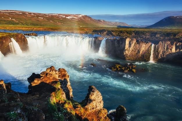Godafoss wodospad o zachodzie słońca. fantastyczna tęcza. islandia, europa