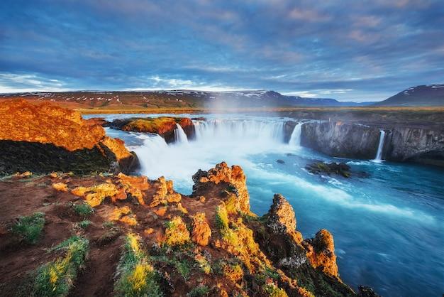 Godafoss wodospad o zachodzie słońca.