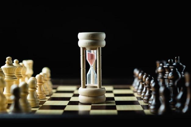 Godzina ze szkła w grze w szachy, sukces w grze.