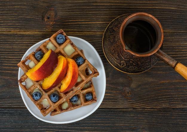 Gofry czekoladowe z owocami i dzbankiem do kawy