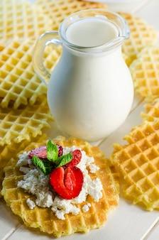 Gofry mleczne i marszczone z twarogiem i truskawkami