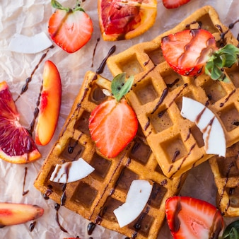 Gofry z truskawkami, kokosem, śliwką i pomarańczą z czekoladą