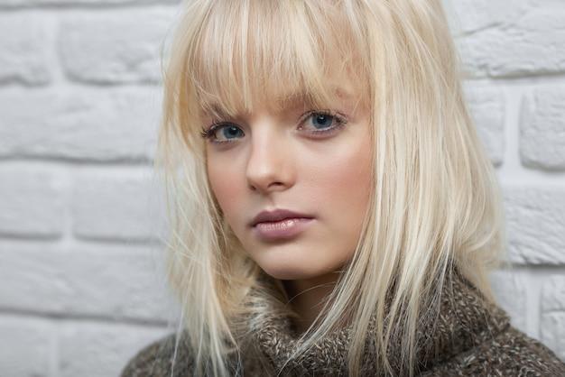 Gogeous model blondynka pozowanie