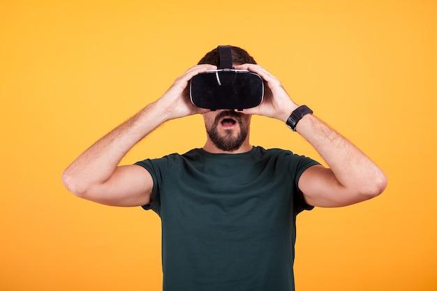 Gogle wirtualnej rzeczywistości vr na głowie zdumionego mężczyzny, który próbuje go po raz pierwszy. innowacyjny gadżet gogli