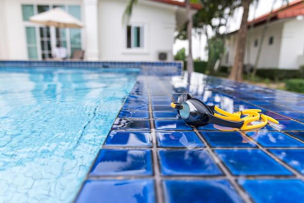 Gogle z boku basenu