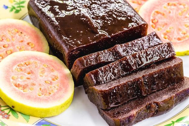 Goiabada, typowy brazylijski deser z guawy, na czerwcowych imprezach.