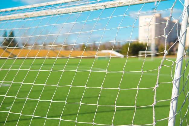 Gol piłkarski na pustym boisku z powodu koronawirusa