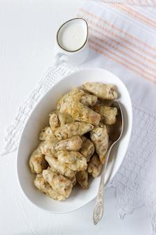 Gołąbki z mięsem, ryżem i warzywami. dolma, sarma, sarmale, golubtsy lub golabki.