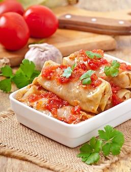 Gołąbki z sosem pomidorowym ozdobione natką pietruszki