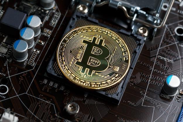 Golden bitcoin cryptocurrency na cpu obwodu drukowanego komputera.