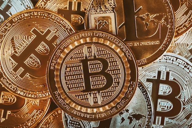 Golden cryptocurrencys bitcoin, litecoin i kopiec złota obraz koncepcji biznesowej