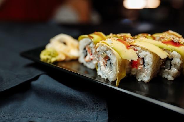 Golden dragon roll sushi z tuńczykiem, ogórkiem, sezamem i kawiorem tobiko.