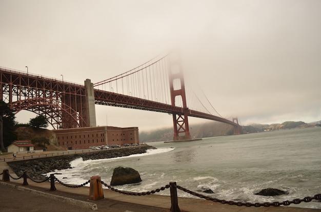 Golden gate, san francisco, w chmurze jesienny dzień
