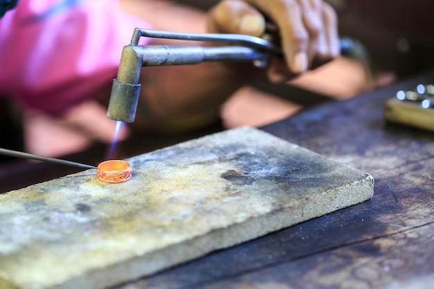 Goldsmith robi pierścień