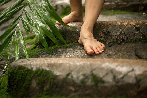 Gołe kobiece stopy