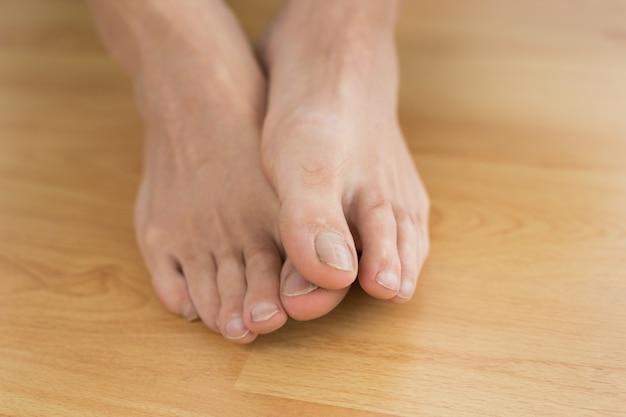 Gołe stopy na parkiecie