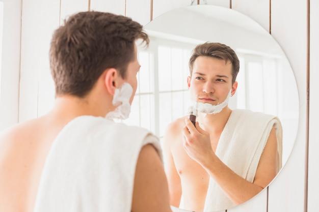 Golenia pojęcie z atrakcyjnym mężczyzna