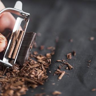 Golenie czekolady z obieraczką