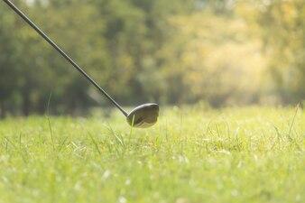Golf club, akcesoria thet są ważne w golfa, na trawniku zielonej trawie.