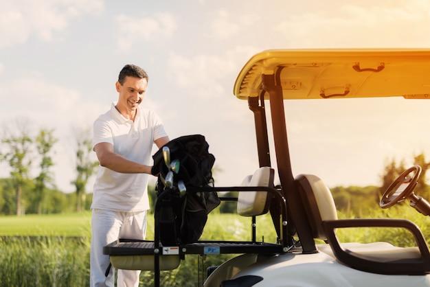 Golfista bierze torbę kijów golfowych sport jako hobby.