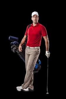 Golfista w czerwonej koszuli, stojący z torbą kijów golfowych na plecach, na czarnym tle.