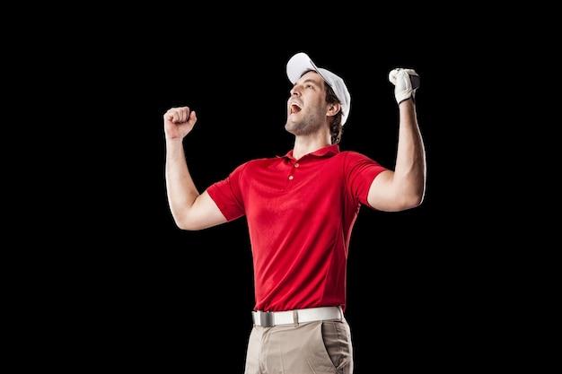 Golfista w czerwonej koszuli świętuje, na czarnym tle.