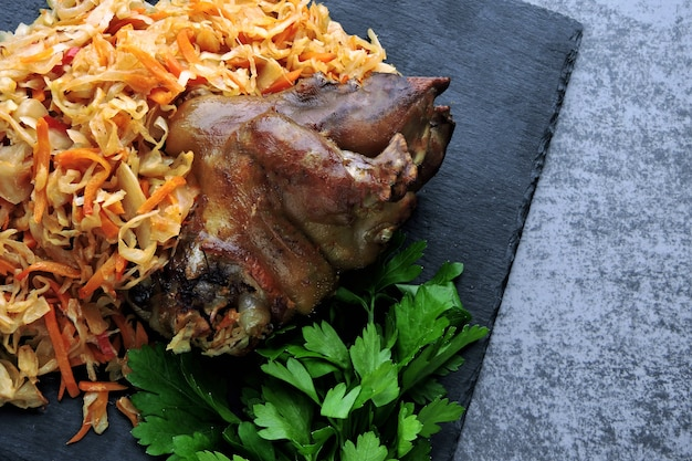 Golonka wieprzowa z kiszoną kapustą. aisbane. menu oktoberfest.