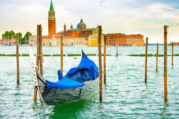 Gondola o zachodzie słońca w pobliżu piazza san marco, wenecja, włochy.