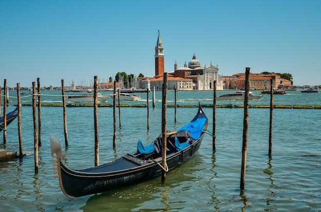 Gondola w wenecji. kościół san giorgio maggiore z gondolami, wenecja, włochy