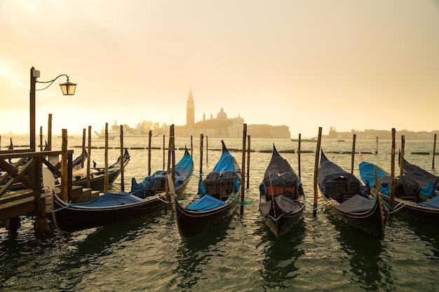 Gondola wokół kanału wenecji, włochy.
