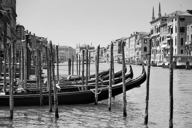 Gondole na canale grande w wenecji, włochy. czarno-biały widok wenecki