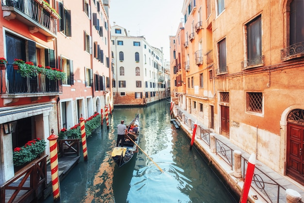 Gondole na kanale w wenecji. wenecja jest popularnym miejscem turystycznym w europie.