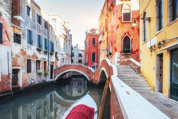 Gondole na kanale w wenecji. wenecja to popularna miejscowość turystyczna w europie.
