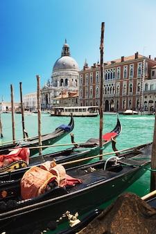 Gondole w canale grande w wenecji, włochy, z bazyliką santa maria della salute w tle