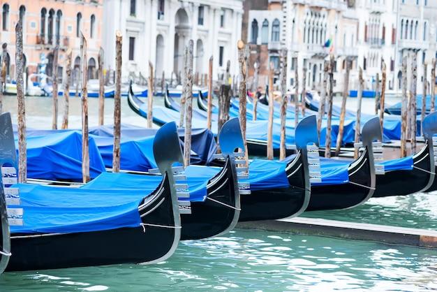 Gondole zacumowane przy placu świętego marka z kościołem san giorgio di maggiore w wenecji, włochy,