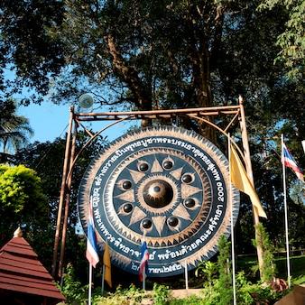 Gong przy watem phrathat doi suthep, chiang mai, tajlandia