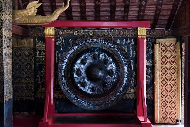 Gong w wat xieng paska świątyni, luang prabang, laos