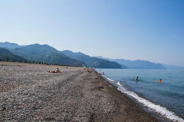 Gonio, gruzja - 27 sierpnia 2021: ludzie na plaży, morze czarne i piasek