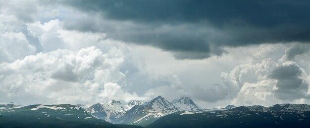 Góra aragat pod ciemnymi chmurami