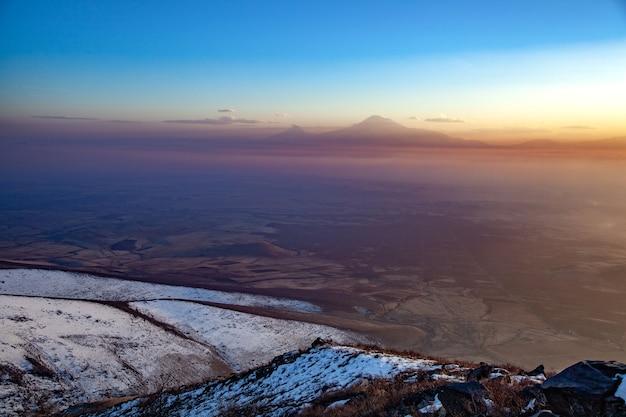 Góra ararat o zachodzie słońca w armenii