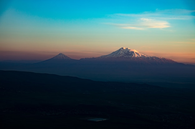 Góra ararat w armenii o zachodzie słońca