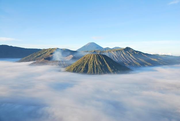 Góra bromo i mgła wokół góry bromo jest aktywnym wulkanem surabaya indonezji