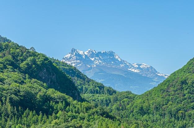 Góra dents du midi z wieloma szczytami w szwajcarii