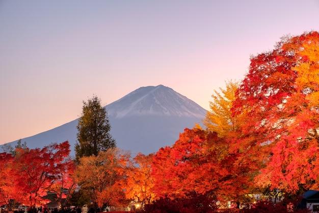 Góra fuji nad klonowym festiwalem ogrodowym w sezonie jesiennym o zmierzchu