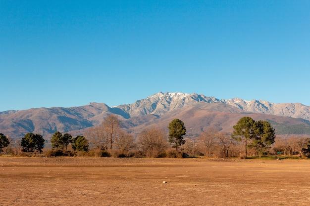 Góra gredos ze szczytem almanzor w hiszpanii zimowy krajobraz z odrobiną śniegu na szczytach