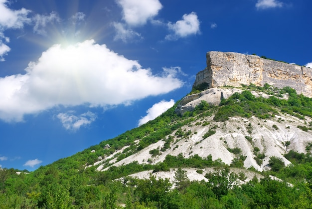 Góra i błękitne niebo