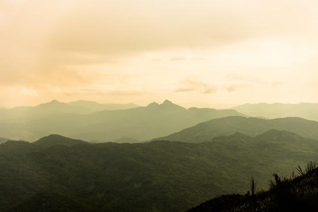 Góra i morze mgła pod deszczem i pochmurnego nieba widokiem