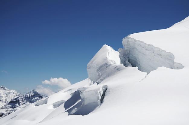 Góra i śnieg w kordylierach